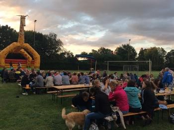 Abendpicknick auf dem Sportplatz Barenburg